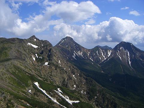 赤岳(中央)と阿弥陀岳(右)